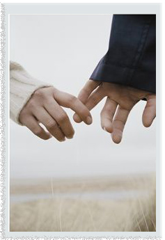 couple-holding-hands-frame